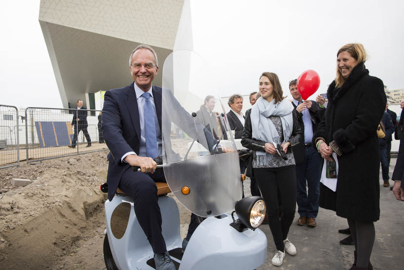 Minister Kamp Op de scooter op Innovation Expo 2016